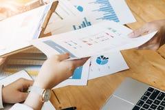 Fachowego inwestora i pieniężnego spotkania teraźniejszy czas Potomstwa Zdjęcie Stock