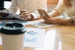 Fachowego inwestora i pieniężnego spotkania teraźniejszy czas Potomstwa Obrazy Stock