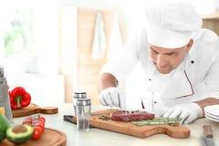 Fachowego szefa kuchni kulinarny mięso na stole obraz royalty free