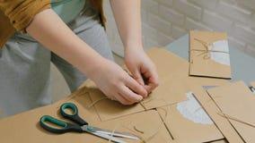 Fachowej kobiety decorator pracuje z Kraft papierem i opakowanie kopertą zbiory wideo