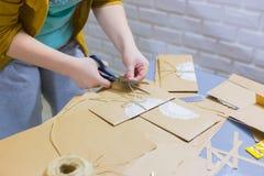 Fachowej kobiety decorator, projektant pracuje z Kraft papierem obrazy stock