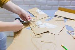 Fachowej kobiety decorator, projektant pracuje z Kraft papierem obrazy royalty free