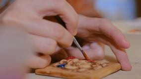 Fachowej kobiety garncarka maluje ceramicznego pami?tkarskiego magnes w ceramicznym warsztacie zdjęcie wideo