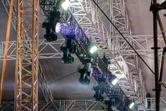 Fachowi światła reflektorów pod dachem plenerowa scena Obrazy Stock