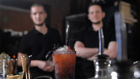 Fachowi barmany, elegancka czarna koszula Praca przy przyjęciem przy klubem nocnym zdjęcie wideo