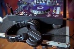 Fachowi dj hełmofony na odtwarzacza cd turntable pokładzie w noc klubie Dwoistego ujawnienia skutek Dyskdżokeja audio wyposażenie obraz royalty free