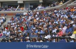 Fachowi fotografowie i widzowie podczas us open 2013 przy Arthur Ashe stadium przy Krajowym tenisa centrum fotografia stock