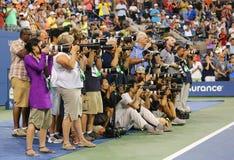 Fachowi fotografowie na tenisowym sądzie podczas trofeum prezentaci przy Arthur Ashe stadium przy Krajowym tenisem ześrodkowywają fotografia stock