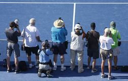 Fachowi fotografowie na tenisowym sądzie podczas us open trofeum 2013 prezentaci przy Arthur Ashe stadium zdjęcia royalty free