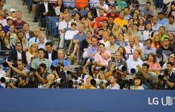 Fachowi fotografowie przy us open 2014 przy Billie Cajgowego królewiątka tenisa Krajowym centrum obraz royalty free