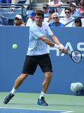 Fachowi gracz w tenisa Milos Raonic podczas pierwszy round przerzedżą dopasowanie przy us open 2013 Obrazy Stock
