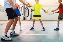 Fachowi gracz w tenisa nauczania dzieciaki Fotografia Royalty Free
