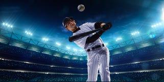 Fachowi gracze baseballa na nocy uroczystej arenie Zdjęcia Stock