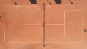 Fachowi gracze w tenisa bawić się na czerwonym glinianym sądzie Antena wierzcho?ka puszka trutnia widok zbiory