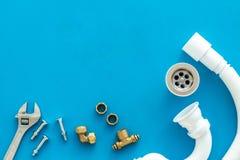 Fachowi instrumenty dla hydraulika na b??kitnej t?o odg?rnego widoku przestrzeni dla teksta zdjęcie royalty free