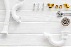 Fachowi instrumenty dla hydraulika na białej drewnianej tło odgórnego widoku przestrzeni dla teksta obrazy stock