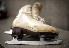 Fachowi jazda na łyżwach buty w przebieralni Obraz Royalty Free