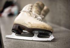 Fachowi jazda na łyżwach buty w przebieralni Obrazy Royalty Free
