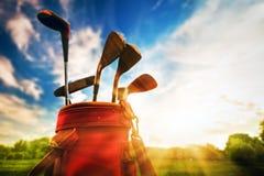 Fachowi kije golfowi przy zmierzchem Zdjęcie Royalty Free