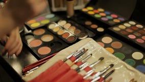 Fachowi kosmetyki w makijażu salonie Luksusowi kosmetyki dla makijażu Stubarwna pomadka, cienie, proszek zbiory