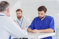 Fachowi lekarzi ma concilium przy kliniką Fotografia Stock