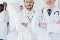 Fachowi lekarzi pozuje z zaufaniem Fotografia Royalty Free