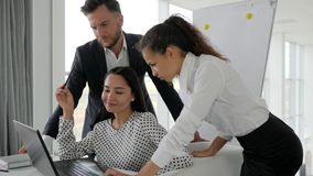 Fachowi ludzie biznesu dyskutować Nowy projekt Na laptopie, Kreatywnie drużynowy działanie dalej wnioskują kontrakt zbiory