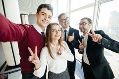 Fachowi ludzie biznesu szczęśliwi i uśmiechnięci, biznes drużyna bierze selfie smartphone w biurze Ludzie biznesu pojęć Zdjęcie Stock