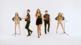 Fachowi piosenkarzi i tancerze pokazują numer muzycznego Ruszają się synchronously zdjęcie wideo