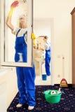 Fachowi pracownicy czyścą nadokiennego szkło i robią wiosny cleaning Zdjęcie Royalty Free