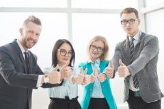 Fachowi pracownicy firma pokazuje aprobaty obrazy stock