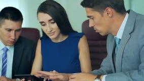 Fachowi pracownicy, szefa spotkanie i dyskutować tematy z pastylką Zakończenie zbiory wideo