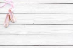 Fachowi tanów buty Baletniczy pojęcie Pointes na białej drewnianej tło odgórnego widoku kopii przestrzeni Obrazy Stock