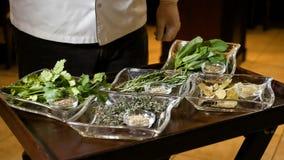 Fachowy świeży i szef kuchni pokazujemy gloved rękę na różnorodnych ziele dla gotować w ziemi Zdrowy jedzenie w przejrzystym zdjęcie wideo