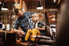 Fachowy ładny fryzjer męski używa golenie pianę Zdjęcia Royalty Free