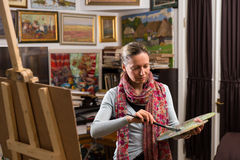 Fachowy żeński artysta dostaje przygotowywający malować Obrazy Royalty Free