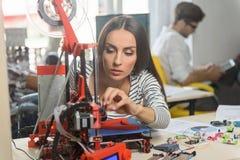 Fachowy żeński inżynier pracuje z 3d drukiem obrazy stock