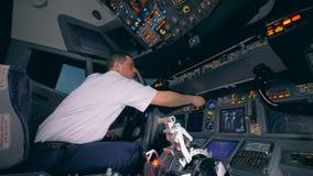 Fachowy aiplane pilot obraca wskaźniki na kokpitu lota kabinowym pokładzie zbiory wideo