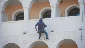 Fachowy arywista przy prac? Naprawa fasada budynek Malarza arywista pracuje na domowej fasadzie gipsiarz zbiory wideo