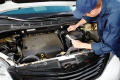 Fachowy auto mechanik. zdjęcia stock