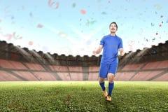 Fachowy azjatykci futbolisty świętowanie jego zwycięstwo obrazy stock