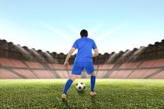 Fachowy azjatykci gracz futbolu drybluje piłkę zdjęcie royalty free