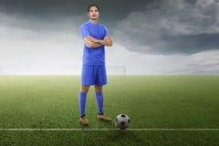 Fachowy azjatykci gracz futbolu z balowym przygotowywającym dla sztuki fotografia stock