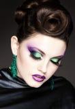Fachowy błękitny makijaż i fryzura na pięknej kobiecie stawiamy czoło - pracownianego piękno strzał Zdjęcia Royalty Free