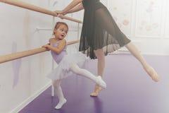 Fachowy baleriny nauczania balet jej młodzi ucznie zdjęcie stock