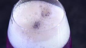 Fachowy barman przygotowywa koktajl pić dla klientów przy dyskoteką lub pubem zbiory
