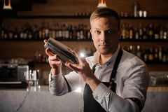 Fachowy barman robi koktajlowi używać potrząsacza obrazy royalty free