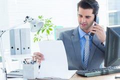 Fachowy biznesmen sprawdza przy jego notatnikiem Zdjęcie Stock