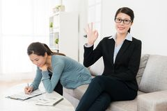 Fachowy biznesowej kobiety seansu ok gest Zdjęcia Stock