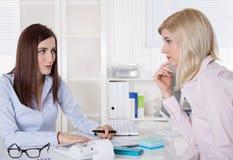 Fachowy biznesowy spotkanie Młoda sprzedaży kobieta w dacie z Obrazy Stock